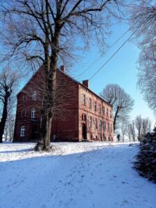 szkoła w Grzybnie - zima